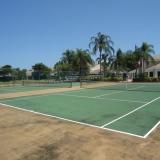 2 terrains de tennis et salle de squash intérieure