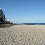 Grande plage de sable blanc à perte de vue