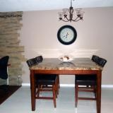 Salle à manger avec table en marbre 4 places   2 hauts tabourets