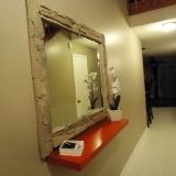 Miroir à l'entrée avec tablette.